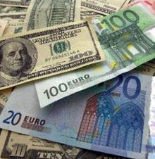 Billetes de dólares y euros