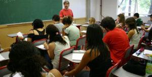Profesor dando clase