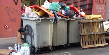 Cubos llenos de basura en Madrid