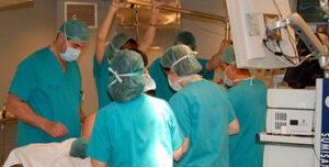 Enfermeras trabajando en un quirófano