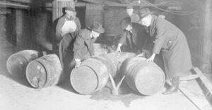Agentes vaciando barriles de alcohol