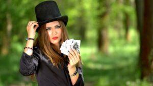 Chica con cartas de poker