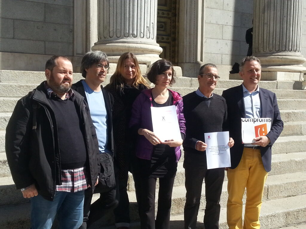 Miembros de Xnet junto a diputados del Congreso.