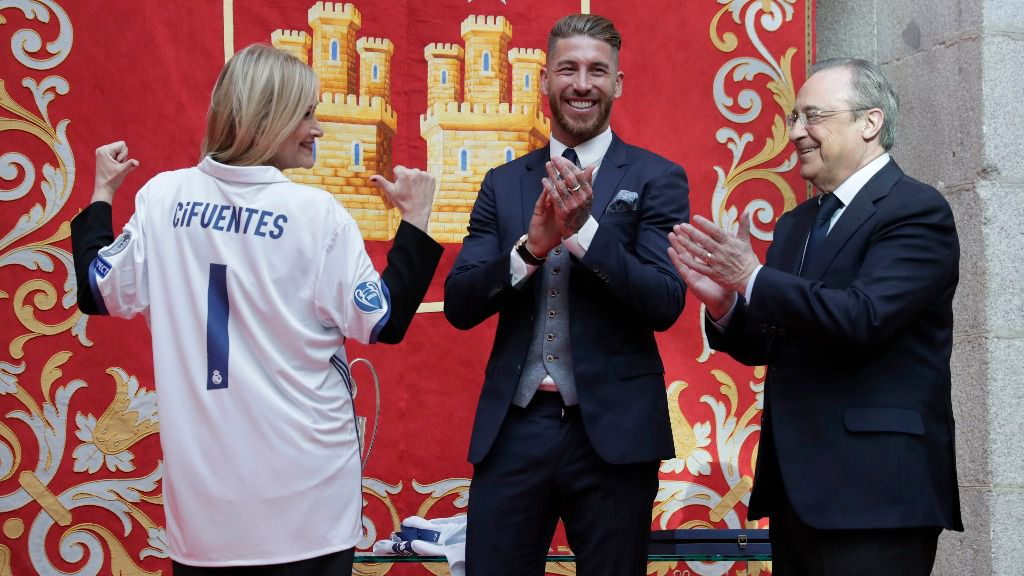 Cristina Cifuentes junto a Sergio Ramos y Florentino Pérez