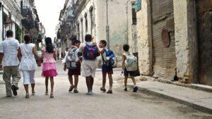 Cuba familia ninos La Habana vieja