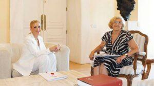 Manuela Carmena, alcaldesa de Madrid y Cristina Cifuentes, presidenta de la Comunidad de Madrid