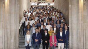 Unos 400 alcaldes catalanes con los líderes del Govern.