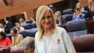 Cristina Cifuentes, engalanada con una bandera de España en la Asamblea.