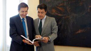 Manuel Moix junto a Ignacio González