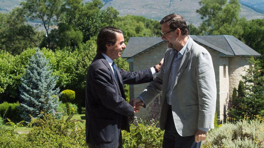 Mariano Rajoy, presidente del Gobierno junto a José María Aznar, expresidente del Gobierno