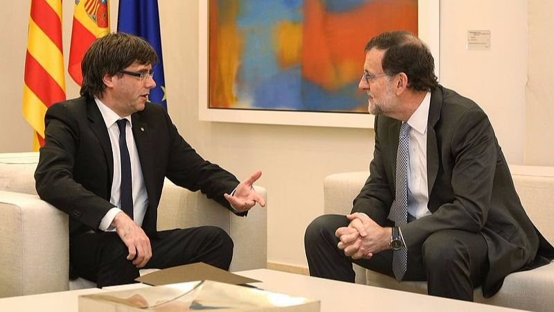 Carles Puigdemont, presidente de la Generalitat con Mariano Rajoy, presidente del Gobierno