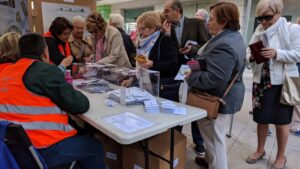 Vecinos de Madrid en la votación para reformar las plazas.