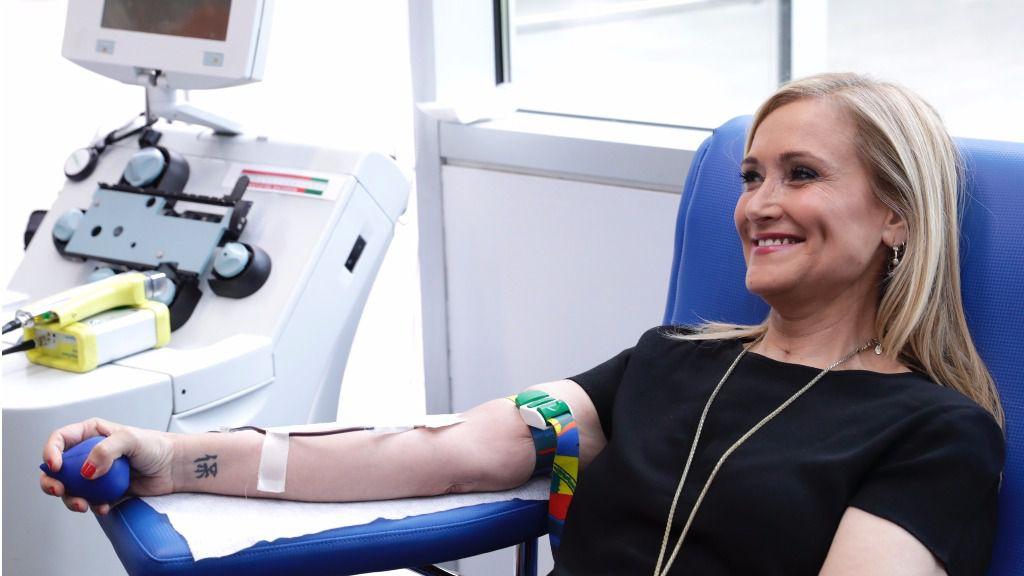 Cristina Cifuentes en el Centro de Transfusión de Sangre