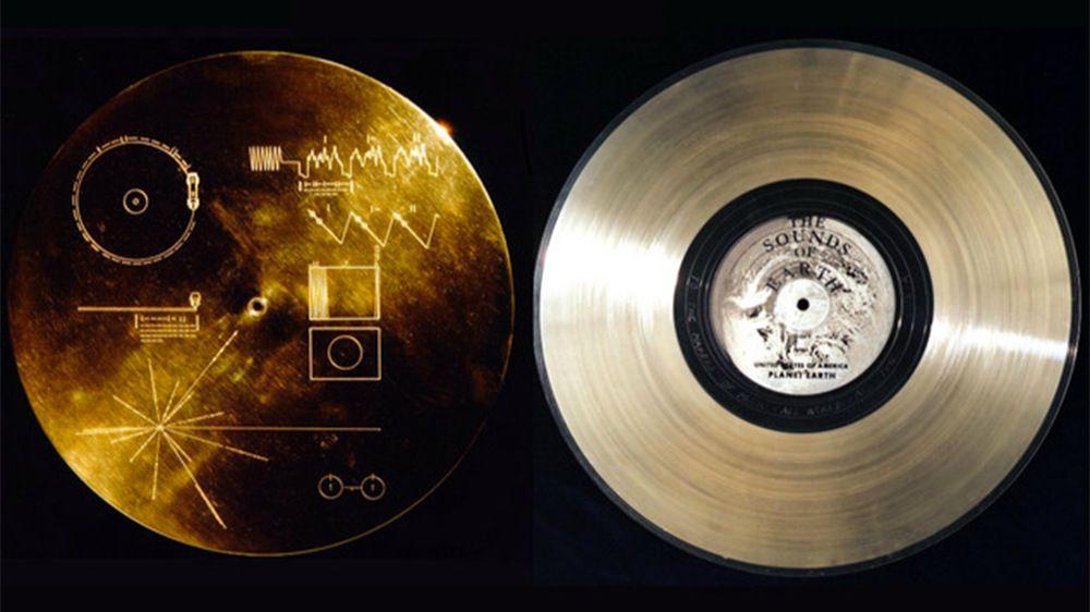 El Disco de Oro enviado al espacio contiene 115 fotografías, saludos en 55 idiomas, 12 minutos de sonidos de la Tierra y 90 minutos de música