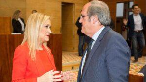 Cristina Cifuetes, presidenta de la Comunidad de Madrid con Ángel Gabilondo, portavoz del PSOE en la Asamblea de Madrid