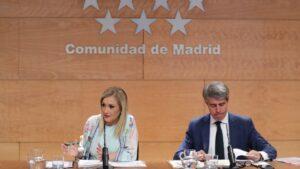 Cristina Cifuentes, presidenta de la Comunidad de Madrid, y Ángel Garrido, portavoz del Gobierno