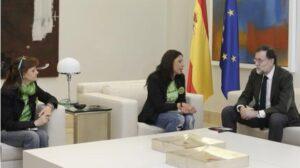 El presidente del Gobierno, Mariano Rajoy, y las representantes del colectivo de las camareras de piso, durante el encuentro que han mantenido en La Moncloa.