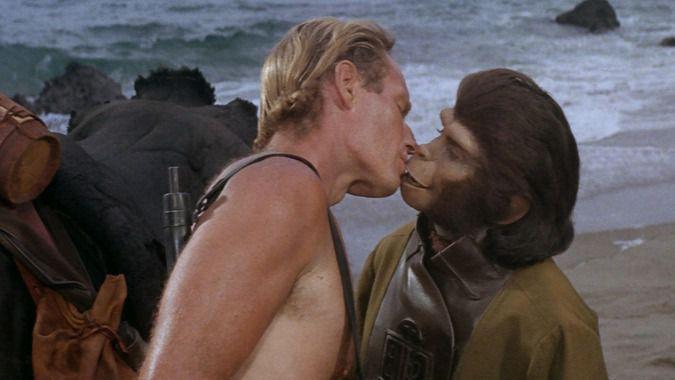 La memorable escena del beso entre la doctora Zira y el Coronel George Taylor de la película de 1968