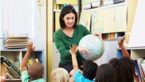 Profesora con alumnos
