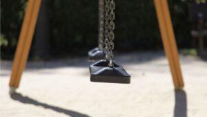 Columpio nino infancia pobreza infantil