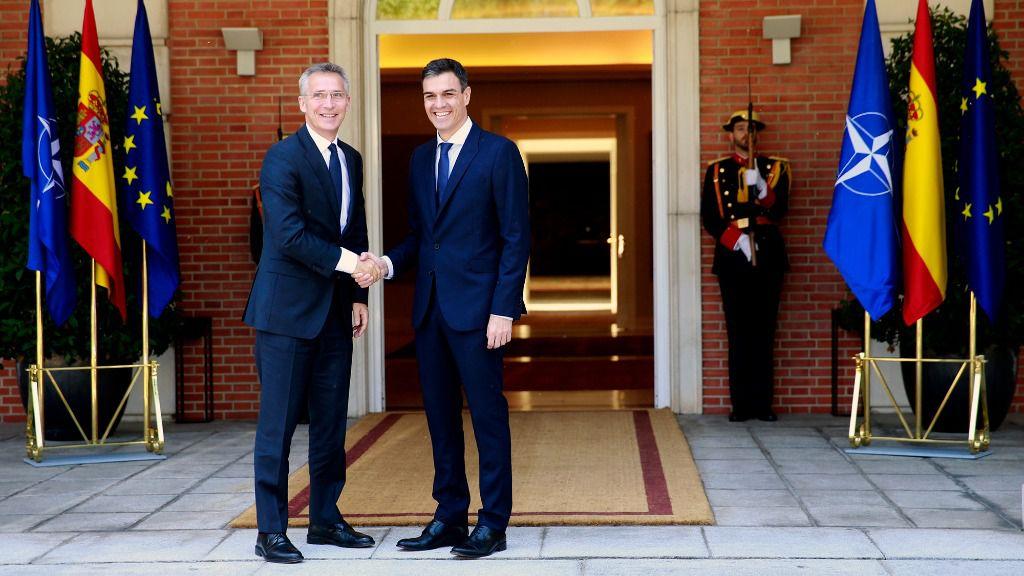El presidente del Gobierno, Pedro Sánchez, junto al secretario general de la OTAN, Jens Stoltenberg.