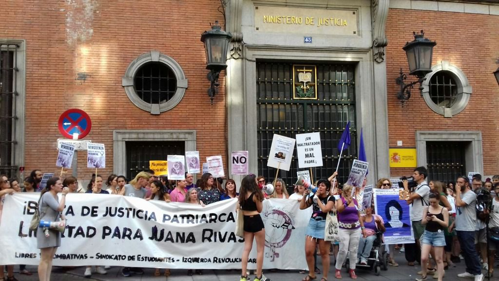 Manifestación frente al Ministerio de Justicia a favor de Juana Rivas