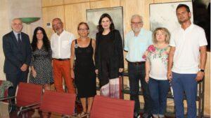 Miembros de la Federación de Asociación en Defensa de la Sanidad Pública junto a la ministra de Sanidad, Carmen Montón