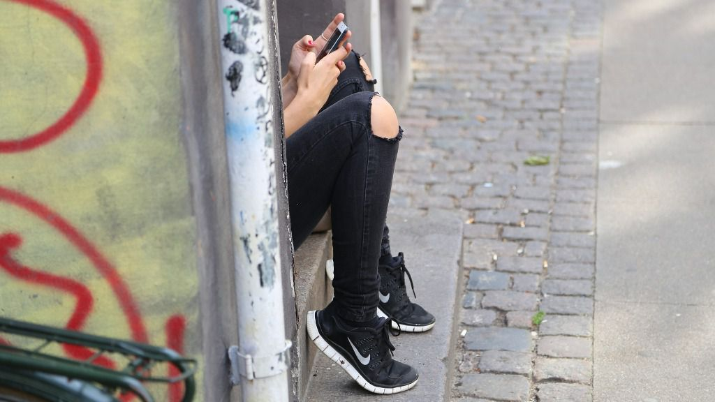 joven movil redes sociales chica telefono