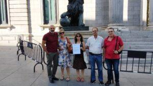 Representantes vecinales posan con su petición ante el Congreso de los Diputados