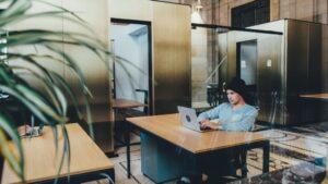 Trabajador ordenador oficina