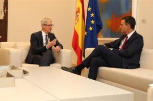 El presidente del Gobierno, Pedro Sánchez, conversa con el director ejecutivo de Apple, Tim Cook, en La Moncloa