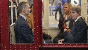 Ángel Garrido junto a Felipe VI en el Metro de Madrid