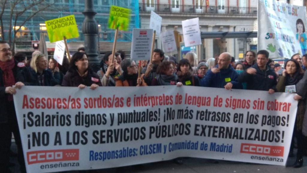 Concentración de asesores de sordos e intérpretes de lengua de signos en Madrid junto a familiares y alumnos