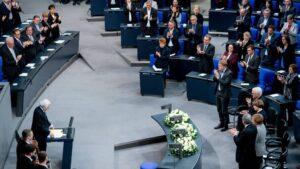 El historiador Saul Friedländer dirige un discurso en el acto conmemorativo de las víctimas del Holocausto en el Parlamento alemán