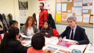 Ángel Garrido, presidente de la Comunidad de Madrid, en el aula de un colegio