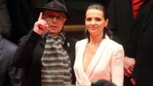 El director saliente de la Berlinale, Dieter Kosslick, con la actriz francesa Juliette Binoche, presidenta del jurado de la actual edición del Festival Internacional de Cine de Berlín