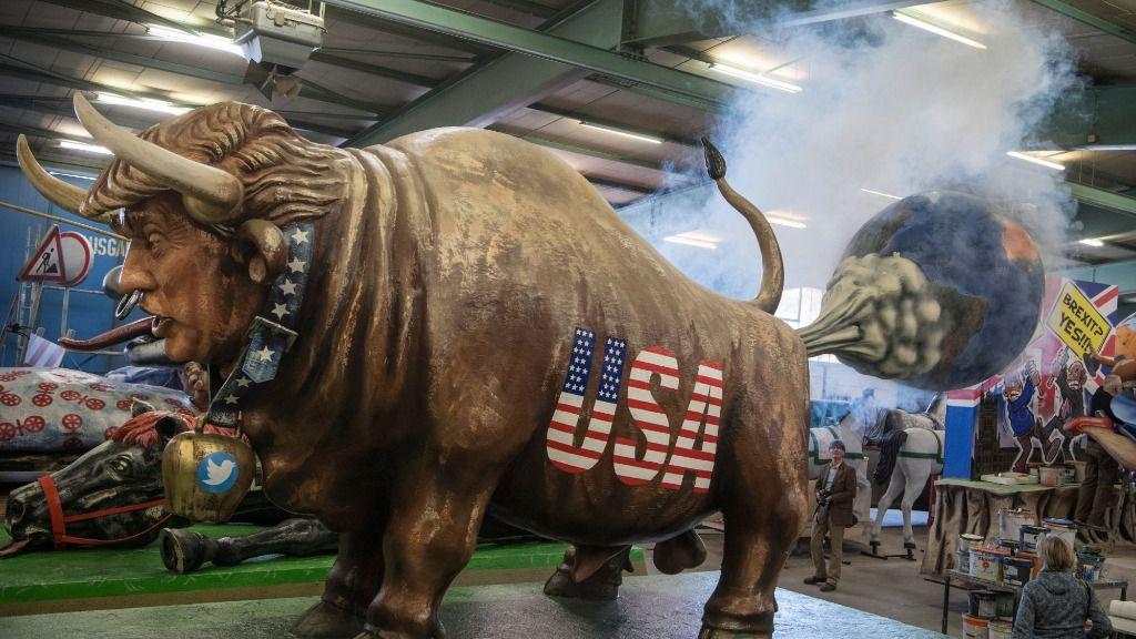 El presidente estadounidense, Donald Trump, caricaturizado en una carroza de carnaval de la ciudad de Maguncia, uno de los baluartes carnavalescos de Alemania