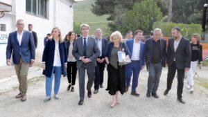 Manuela Carmena y Ángel Garrido en la Cañada real.