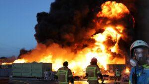 Un incendio calcina más de 3.000 metros cuadrados en una empresa de recuperación de papel, cartón, plásticos y palés de Alcorcón