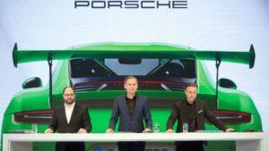 Josef Arweck (izqda.), jefe de comunicaciones de Porsche, Oliver Blume (centro), presidente ejecutivo de Porsche, y Lutz Meschke, jefe de finanzas de Porsche, presentan los resultados de 2018 en Stuttgart