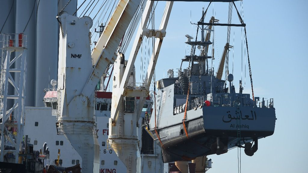 Un buque guardacostas es cargado en el puerto alemán de Mukran para ser trasladado a Arabia Saudí