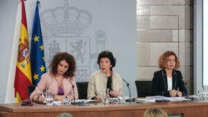 La portavoz del Gobierno, Isabel Celaá, la ministra de Hacienda, María Jesús Montero, y la ministra de Política Territorial y Función Pública, Meritxell Batet