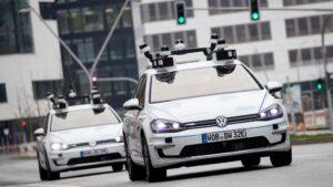 Dos coches eléctricos modelo Golf en un barrio hamburgués equipados con escáneres láser, cámaras, sensores de ultrasonido y radares