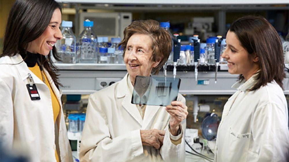 La bioquímica Margarita Salas (en el centro), junto a dos investigadoras