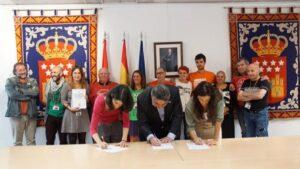 José Manuel Rodríguez Uribes, (PSOE), Isabel Serra (Podemos) y Clara Serra, (Más Madrid) se comprometen a aprobar una ley de vivienda en Madrid (Foto cedida por Coordinadora Vivienda Madrid)