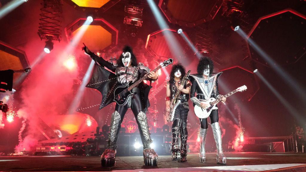 El líder y vocalista de la banda estadounidense de rock Kiss, Gene Simmons (izqda.), junto con Paul Stanley y Thommy Thayer en escena en el primer concierto de la gira europea del grupo en la ciudad alemana de Leipzig
