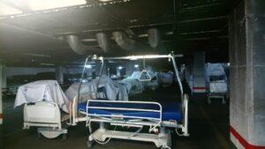 Camas aparcadas en el parking del Hospital de Móstoles