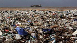 Basura plástica en la costa mediterránea de Keserwan, distrito de Beirut, capital de Líbano
