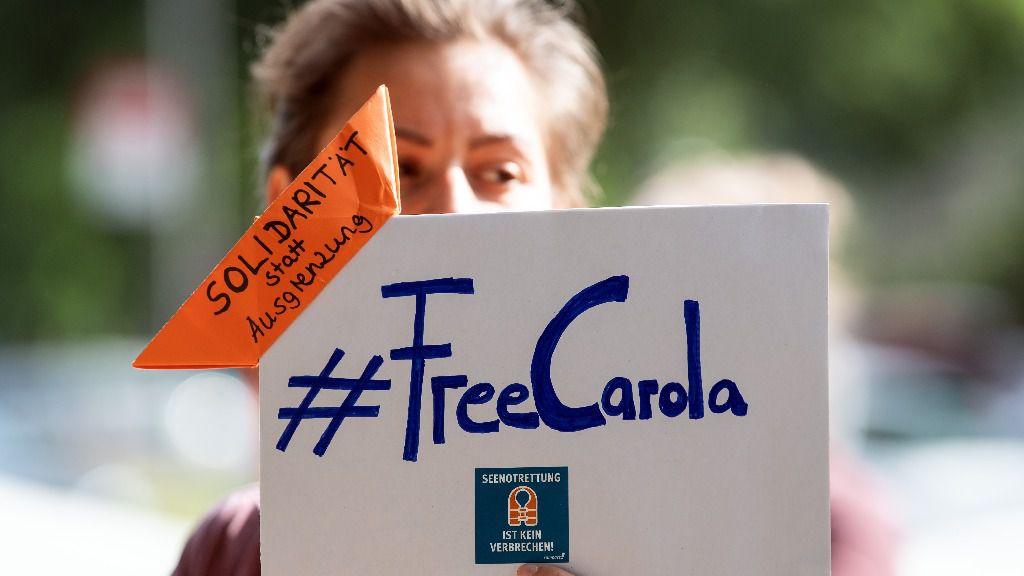 """Una manifestante sostiene un cartel con la inscripción """"#FreeCarola"""" en la mano durante una protesta ante el Consulado General de Italia en Colonia en favor de la puesta en libertad de la capitana alemana del barco de rescate de refugiados Sea-W"""