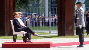 Angela Merkel, sentada junto a la primera ministra danesa, durante ceremonia oficial